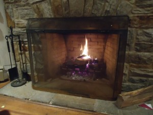 14stone-fireplace-fire-lit-with-screen