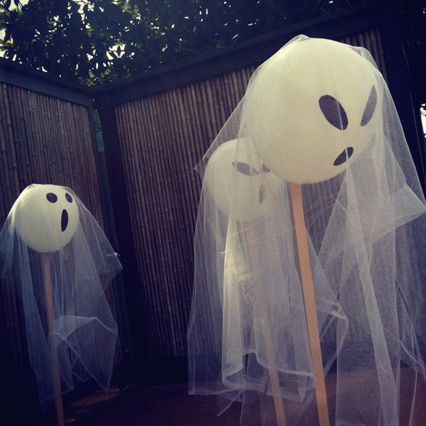 DIY Guide for Halloween Decorating :: Hanging Ghosts